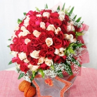 99 Roses ( 50 Red 49 white ) Handbouquet